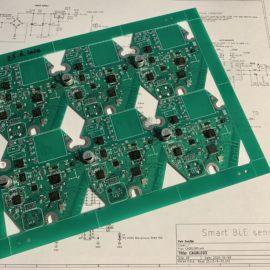 Panel s deskami plošných spojů